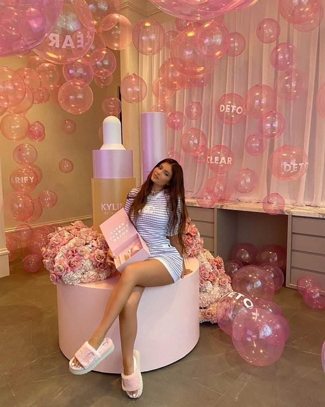 時尚名模Kylie Jenner 穿上DISCO 厚底毛絨拖鞋展現穿搭風格。(圖/品牌提供)