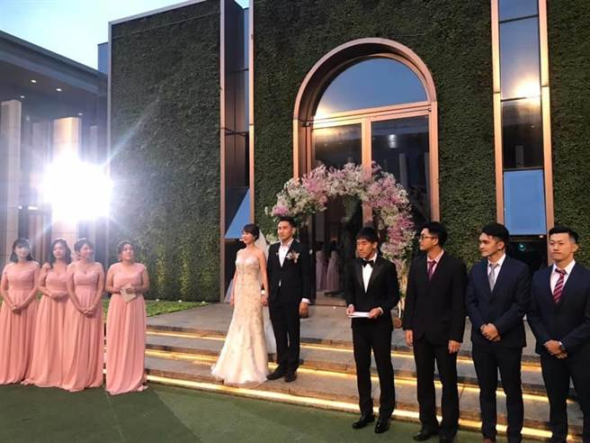 國民黨立委陳玉珍晚間在臉書貼出弟弟陳志龍迎娶美嬌娘的照片,並打卡「台北萬豪酒店」。(摘自陳玉珍臉書)