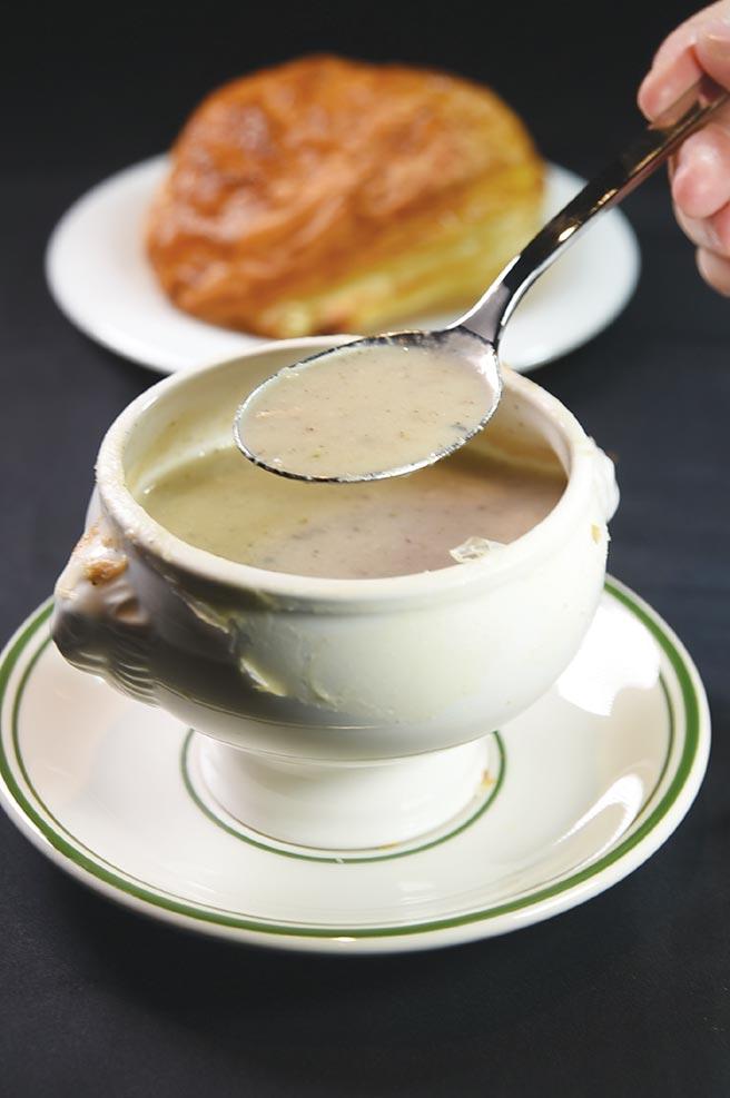 〈酥皮蘑菇湯〉熬煮時所用新鮮香菇比例很高,所以風味與傳統用牛肝菌熬煮的不同,多了一股清香。圖/姚舜