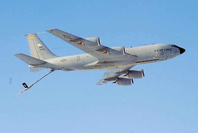 記錄軍事飛行器動態的推特帳號「飛機守望」(Aircraft Spots)昨發布圖文指出,美軍兩架B-1B轟炸機當天自關島安德森空軍基地起飛,並朝台灣方向飛來,目的地應是東海或南海,還有兩架KC-135加油機(見圖)為其提供空中加油。(摘自美國空軍官網)