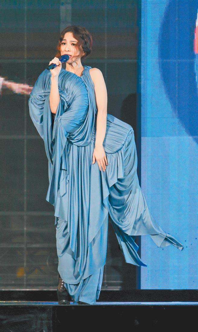 田馥甄昨第二套服裝造型特殊,看似胸前背了寶寶。(吳松翰攝)