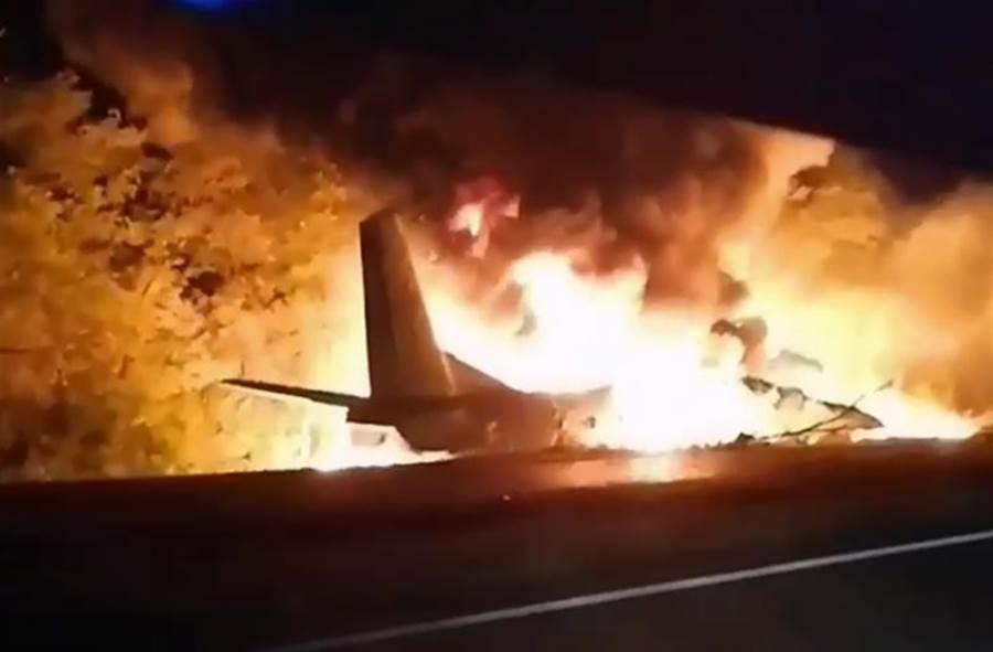 烏克蘭1架空軍飛機墜毀在東部的哈爾科夫附近,造成軍校學生在內至少22人罹難,2人重傷。(美聯社)