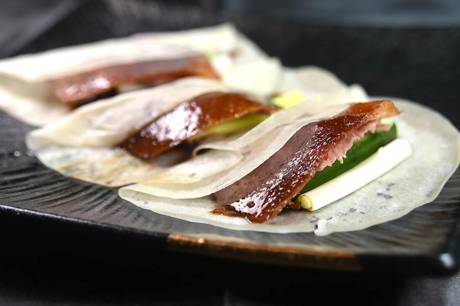 台中〈与玥樓〉頂級粵菜餐廳的〈片皮烤鴨〉, 一天最多曾賣掉190隻,足見其受歡迎程度。(圖/姚舜)