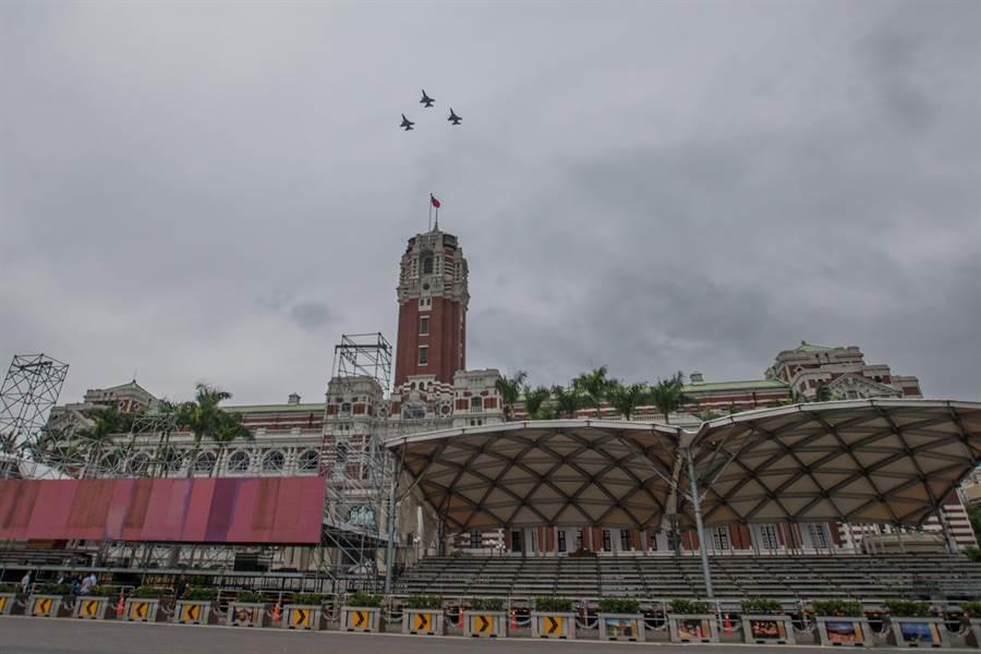 空軍24日為即將到來的國慶進行半兵力預演,3架F16飛越總統府上空。(資料照,杜宜諳攝)