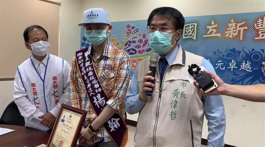 今日(26)是台南市長黃偉哲(右一)生日,黃偉哲上午赴國立新豐高中,頒發圓夢助學金給「抗癌天使」楊承翰(中)。(李宜杰攝)
