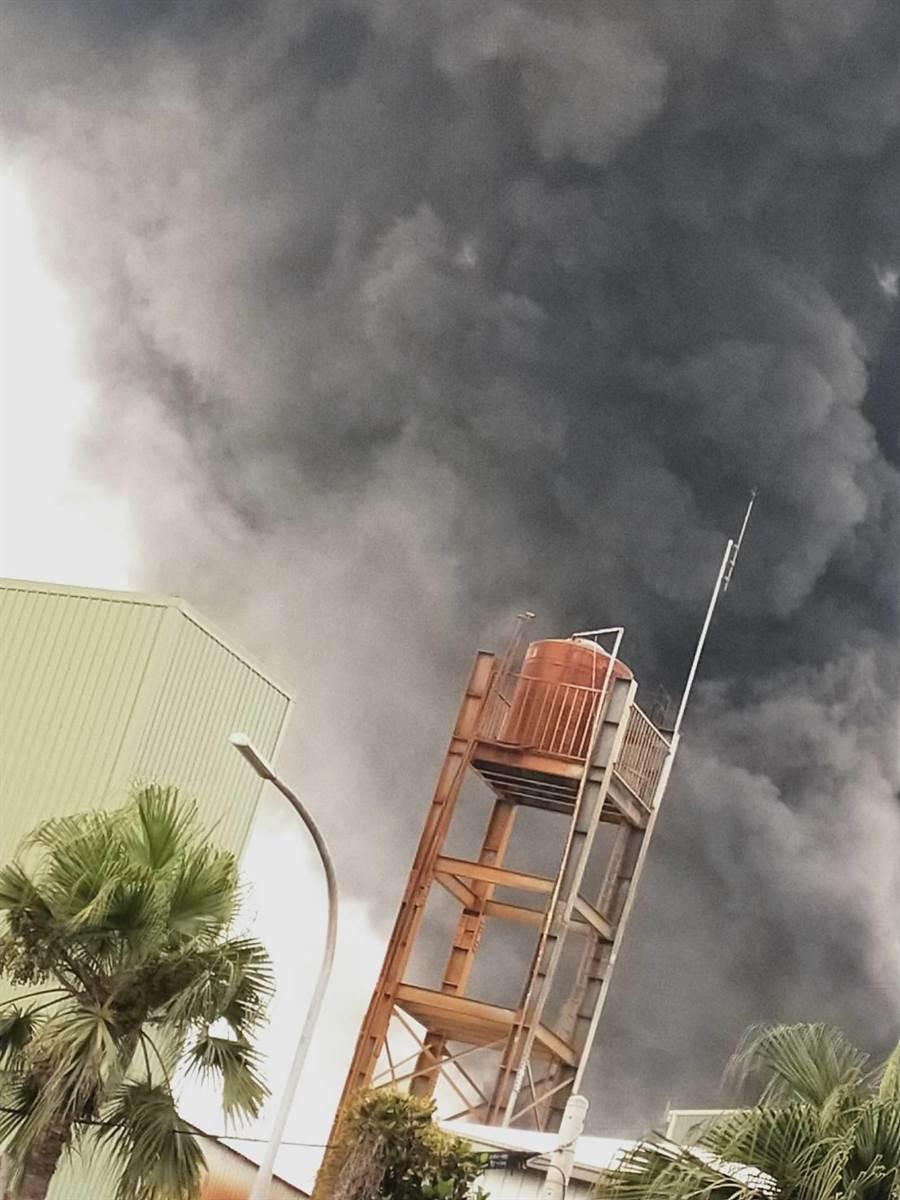 輪胎大場正新橡膠公司溪州廠中午傳出火警,黑色濃煙直竄天際十分驚人。(民眾提供/謝瓊雲彰化傳真)