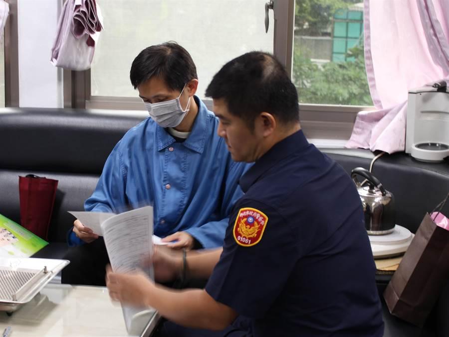 新北市板橋警分局警員王閔南過濾無名屍系統,研判同年在金山發現的無名女屍就是黃女,經家屬DNA比對進一步確認身分,讓黃女可以在中秋節前與家人團聚。(板橋警分局提供)