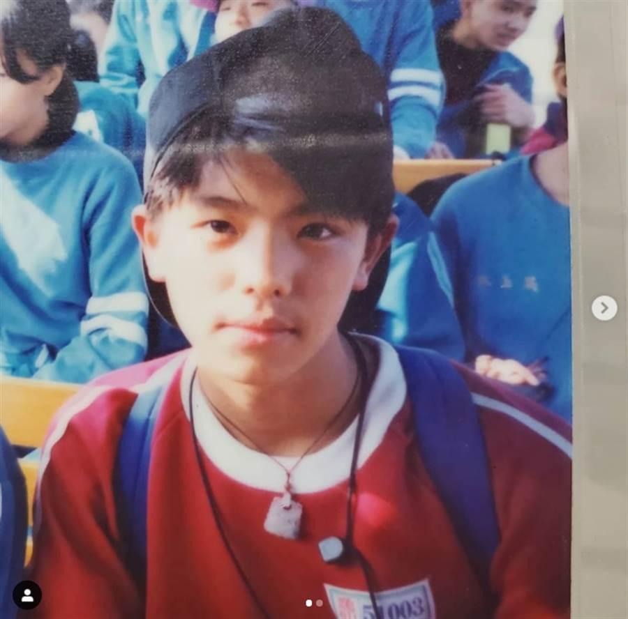 小鬼妹妹曝光哥哥國小五年級的生活照。(圖/取材自teen520 Instagram)