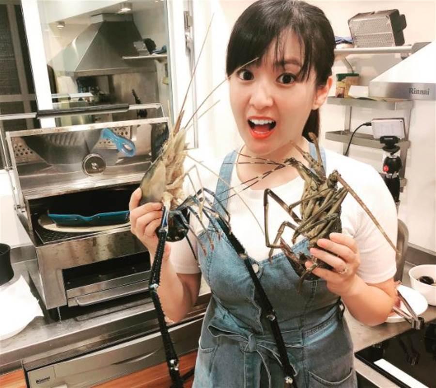 何庭歡曬出準備烤蝦照片。(取自何庭歡臉書)