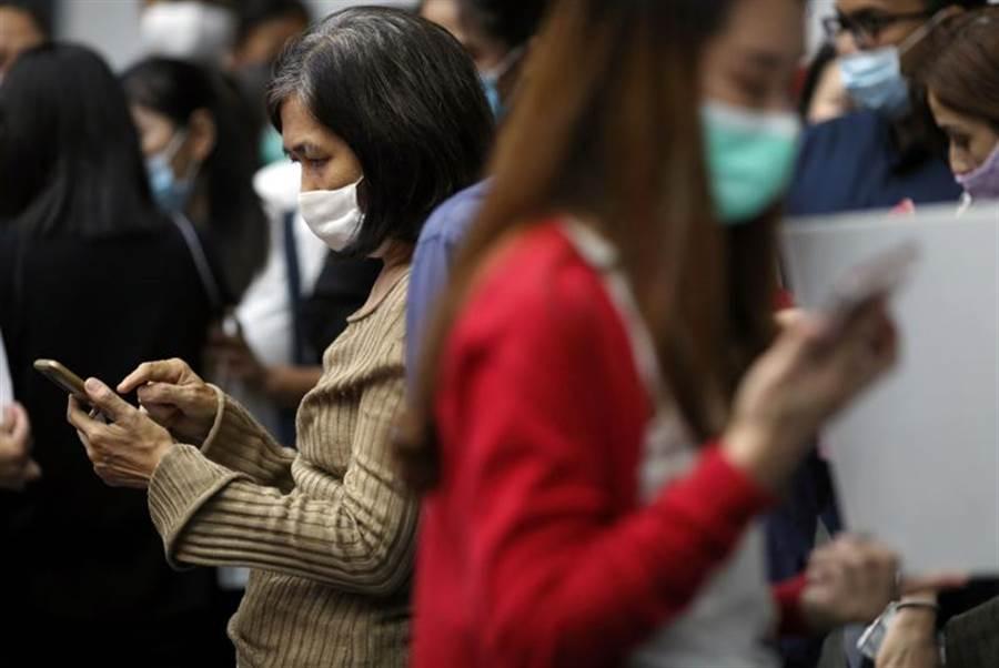 泰國國會原訂24日晚間表決修憲案,但最終僅通過6項修憲相關方案,並決議30天後再表決修憲案。這引起數千名示威民眾不滿,不少民眾在社群網站推特上發起泰國共和國「#RepublicofThailand」相關話題,引發熱議。(路透)