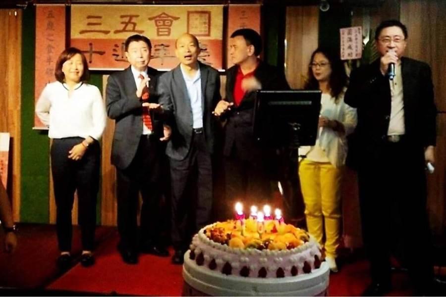 前高雄市長韓國瑜(左3)與友人聚會。(翻攝「韓黑父母不崩潰」粉專)