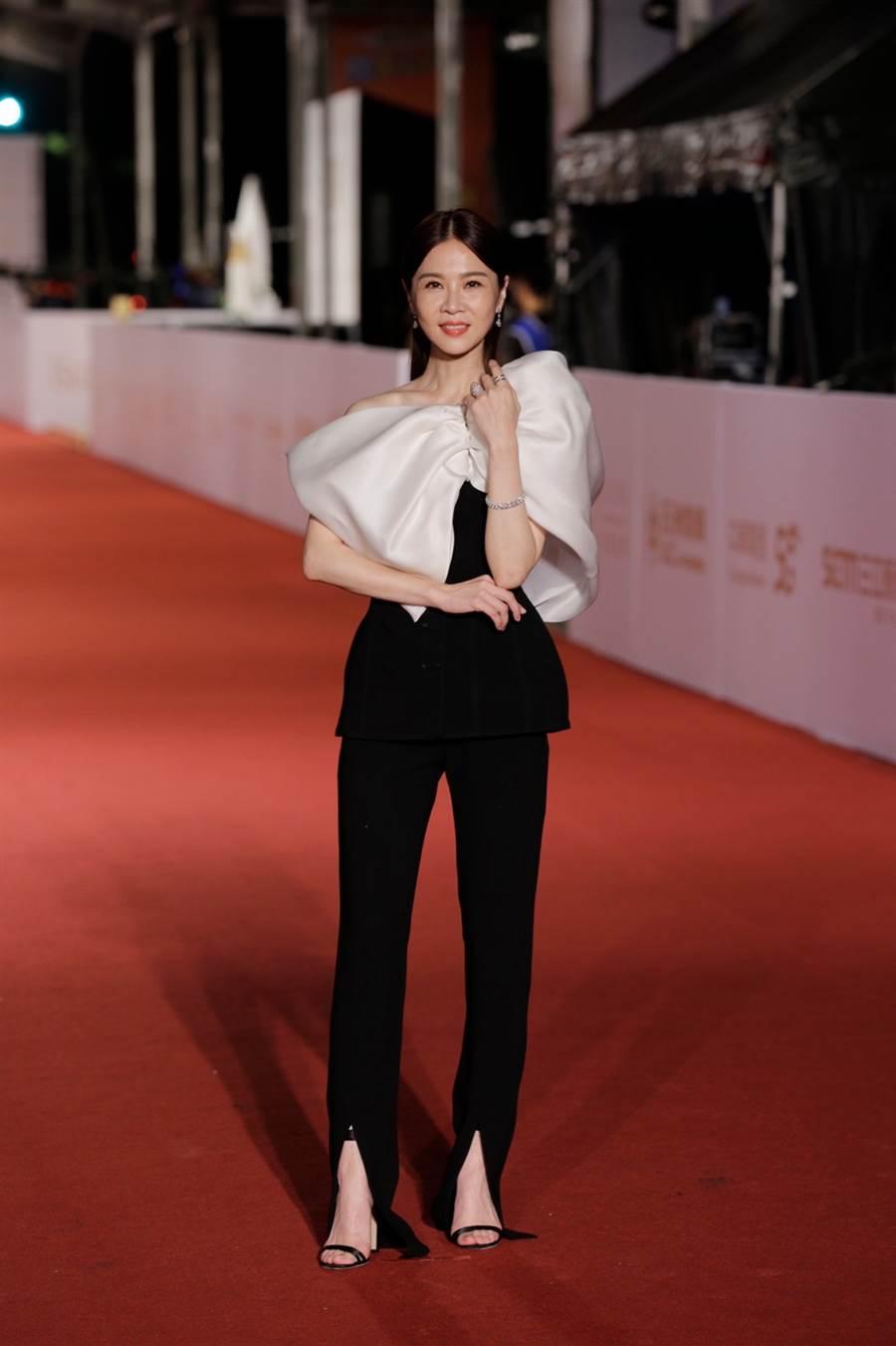 謝盈萱黑白撞色蝴蝶結褲裝展現俐落灑脫的女性魅力。(圖/廖映翔攝)