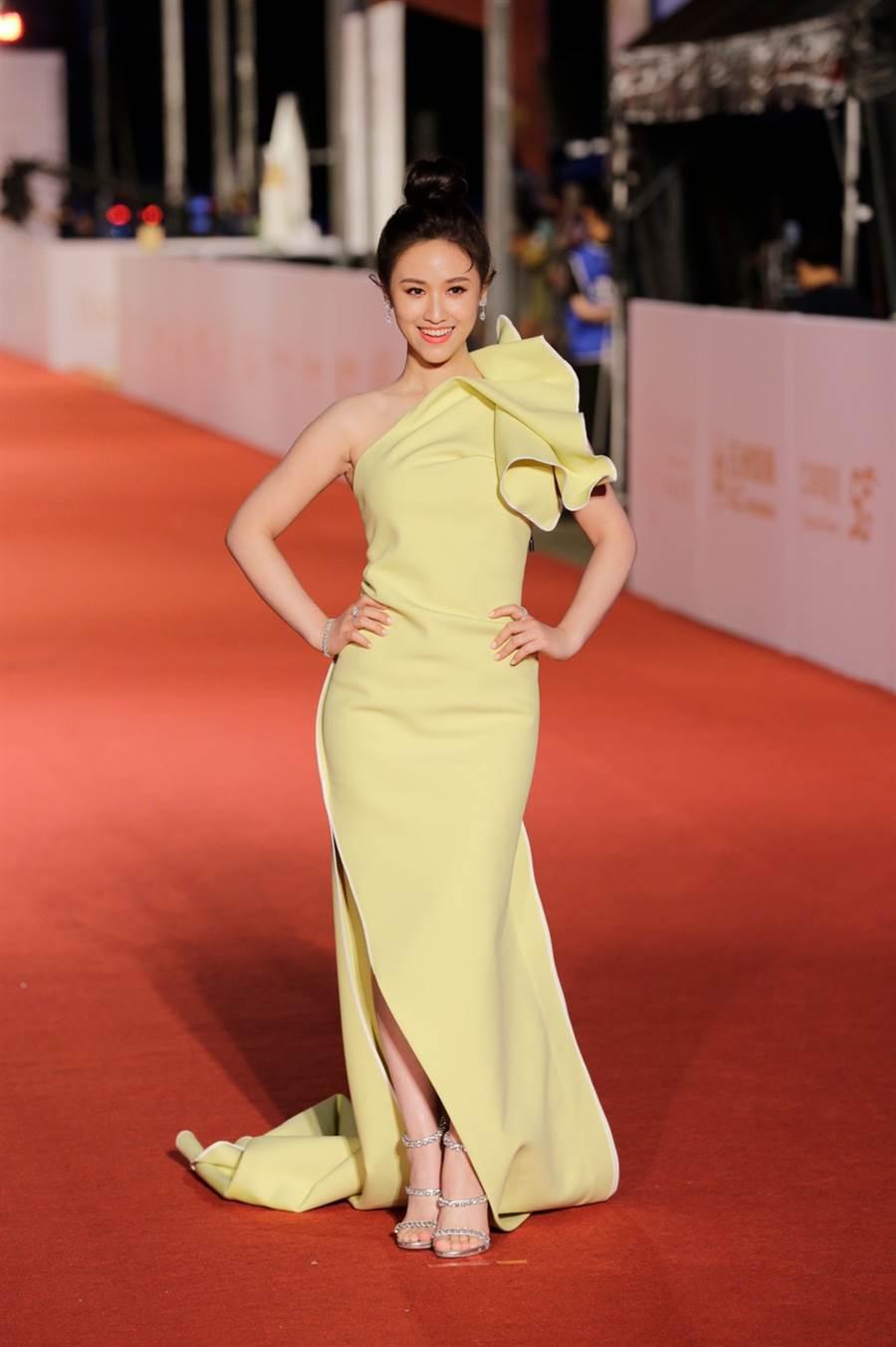 吳姍儒一席鵝黃修身的長襬禮服,綻放含蓄莊重的女神之美。(圖/廖映翔攝)