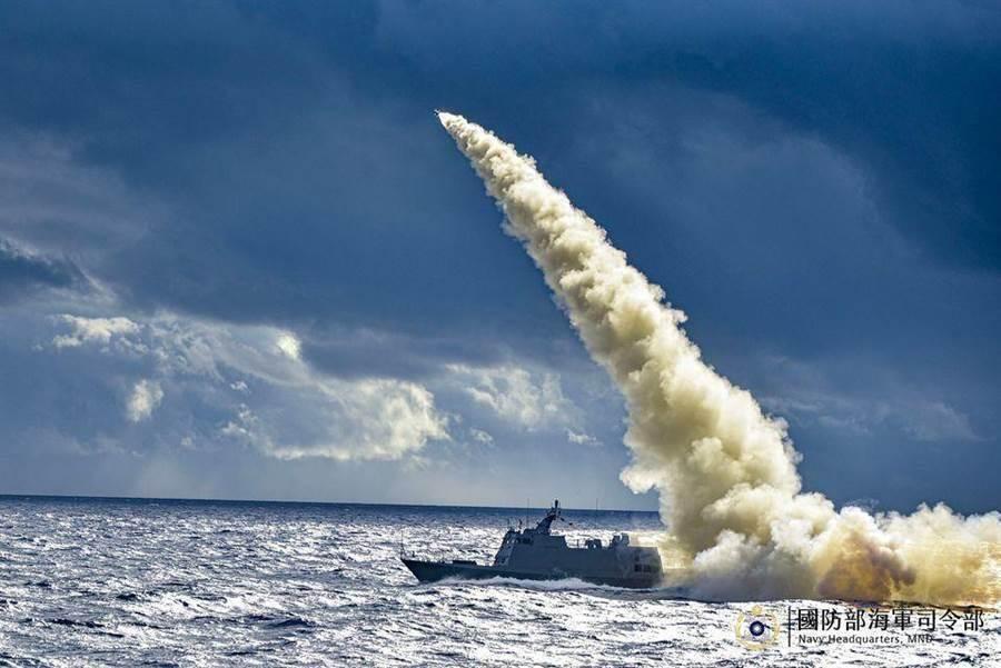 中华民国海军舰艇发射导弹。图为示意图。(图/翻摄自海军司令部脸书)