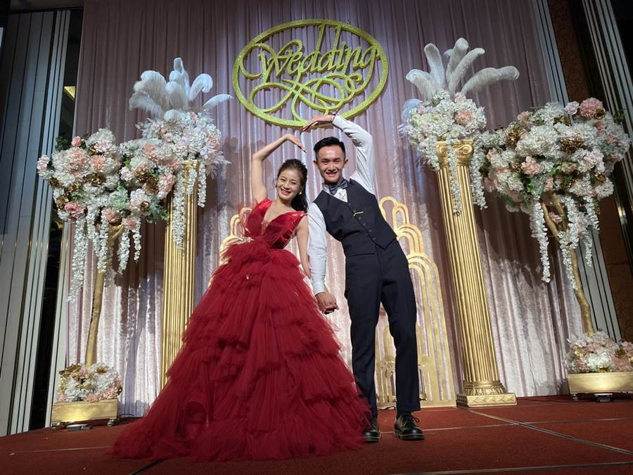 台啤後衛蔣淯安跟老婆Yoqi擺出可愛姿勢拍照。(黃及人攝)