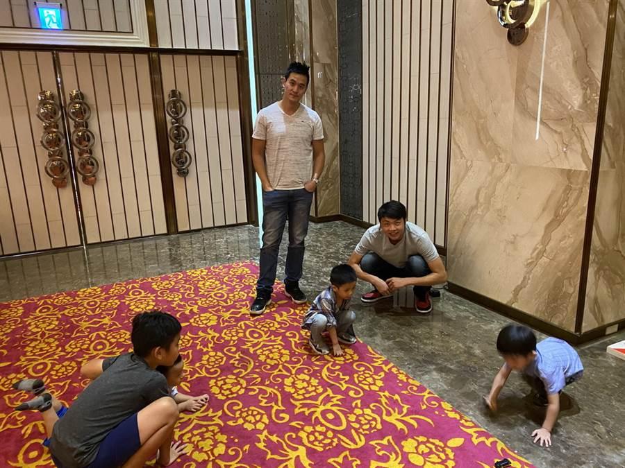 台啤助教王建惟(左)與後衛朱億宗現場負責帶小孩。(黃及人攝)