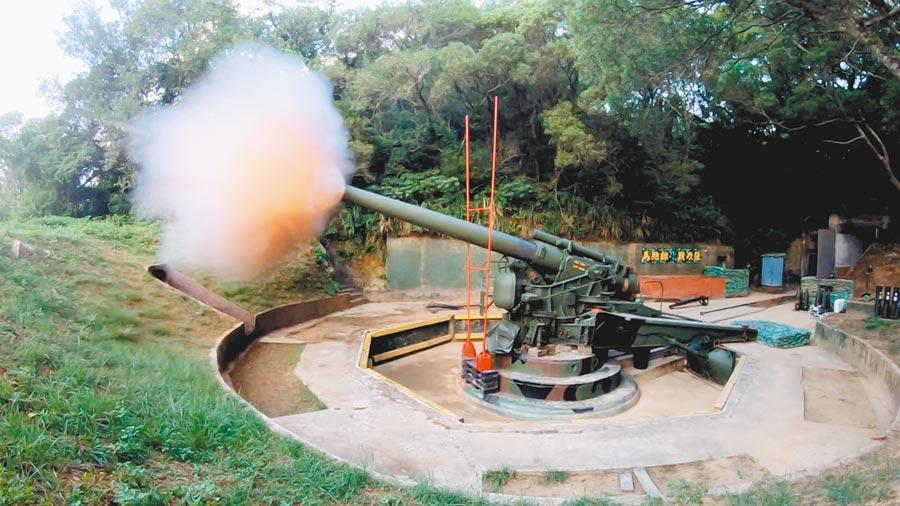 兩岸形勢緊張,馬防部進行聯合反登陸作戰操演,包括「馬祖砲王」240榴彈砲也進行實彈射擊,震撼現場。(軍聞社)