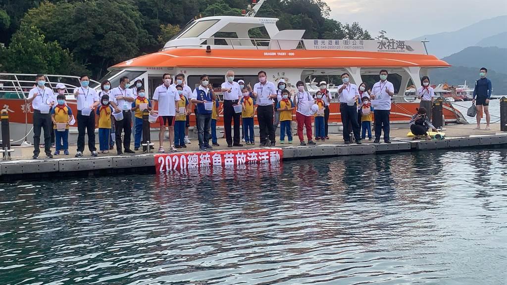 日月潭萬人泳渡前,施放總統魚苗。(廖志晃攝)