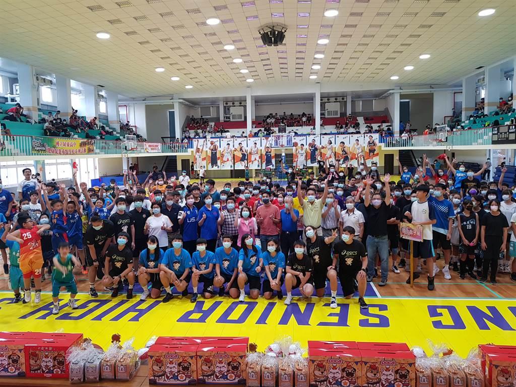 中華電信女籃「愛與關懷」公益活動今天在屏東高中熱鬧展開。(陳筱琳攝)