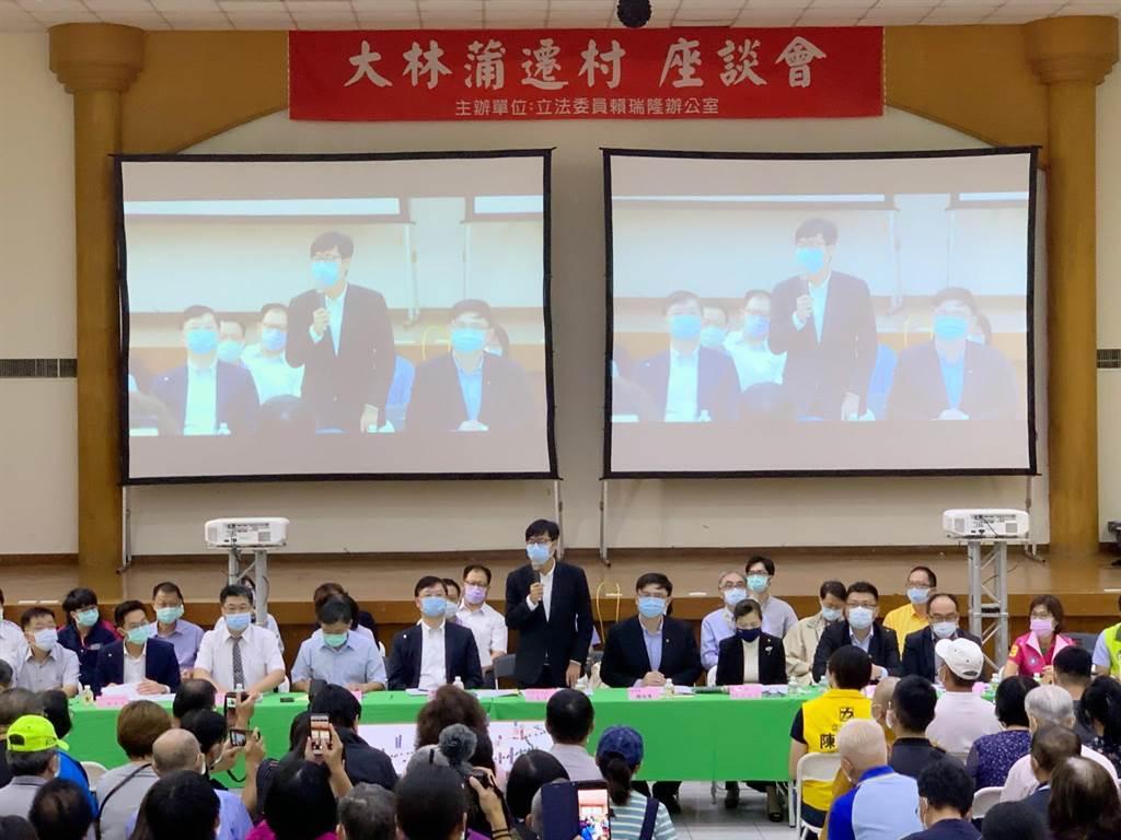 高雄市長陳其邁(中)今出席遷村說明會,強調會照顧居民的生活權、財產權、社會權。(柯宗緯攝)