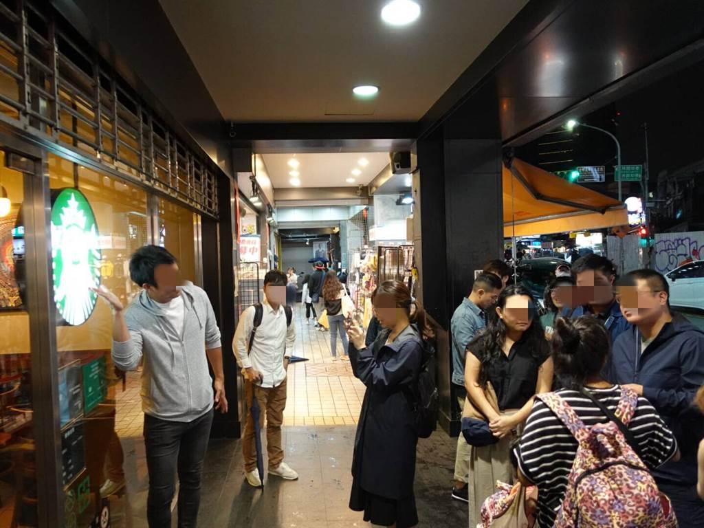 民眾與店外LOGO拍照合影。(照片/游定剛 攝影)