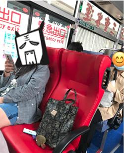 她上公車剩一空位乘客竟回「有人」下站見這幕傻眼