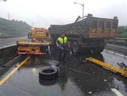 大貨車追撞拖吊車 新北台64線7車連撞4人受傷