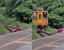 紅衣大媽闖鐵軌自拍 驚險瞬間曝光 網怒:是在拍遺照?