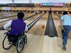 藉由輔具與練習 輪椅族打保齡球也能創造佳績