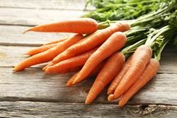 21歲金髮妞蔬菜堆中摸出超長紅菇頭 25公分巨粗尺寸心花怒放