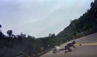 驚悚台3線車禍 騎士過彎犁田翻滾數圈自己站起來