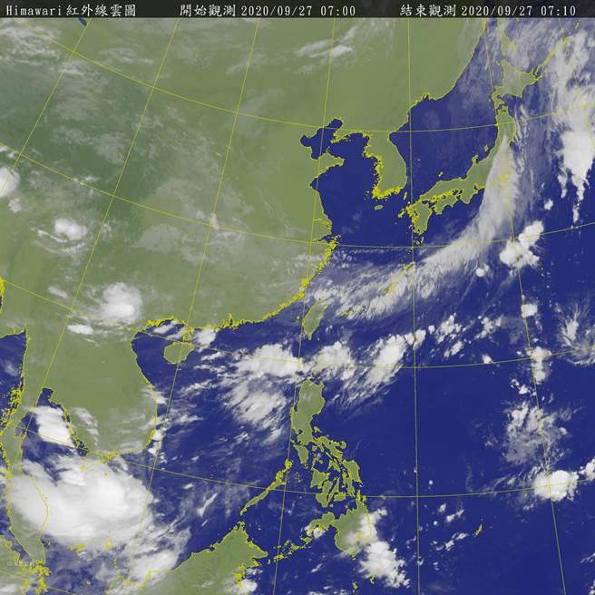 今(27)和周一(28)受東北風及華南於雨區東移影響,中部以北、東北部有局部性大雨發生機率,白天氣溫也會偏涼,高溫約22-23度;中部及東半部地區也有局部性短暫雨機率,南部則是多雲天氣為主。(取自氣象局)