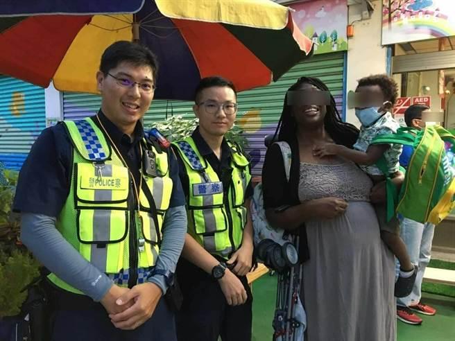 一名美籍婦人要去幼兒園接兒子,卻因下錯車迷路,員警發揮流利英語溝通,順利幫忙找到幼兒園,讓她稱讚,台灣警察真好。(民眾提供/盧金足台中傳真)