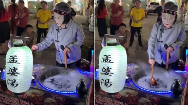 網友拍到廈門一個夜市賣「孟婆湯」的攤販飄著詭異白煙,背後原因曝光網友哭了。(圖/截自爆廢公社)