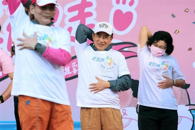 前立法院長、台灣癌症基金會董事長王金平(中)跟著舞蹈老師大跳防癌熱身操,呼籲國人重視乳癌防治。(黃世麒攝)