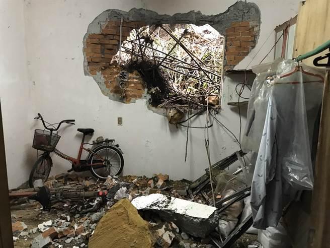 基隆中正區中山一路241巷有一處民宅,1樓遭落石撞出一大洞。(陳彩玲攝)