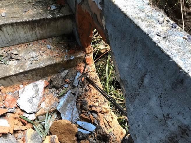 基隆中正區中山一路241巷有一處民宅,遭落石砸中。(陳彩玲攝)