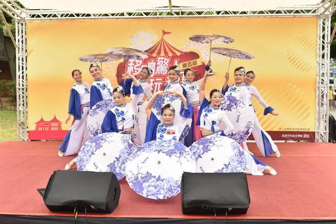 台中市勞工局透過提供表演舞台,讓移工、新住民、市民等透過音樂及多元才藝精湛詮釋不同國家文化特色。(盧金足攝)