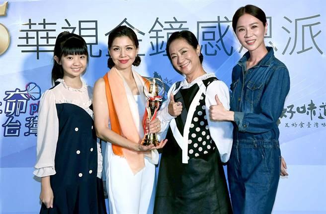 「大小嘉玲」謝盈萱、吳以涵和「阿嬤」楊麗音為得獎的于子育送上恭喜。(華視提供)