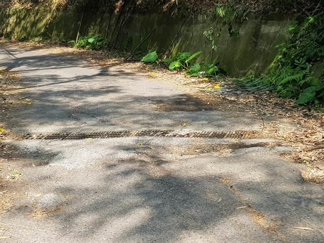 苗栗縣大湖鄉大南村通往泰安鄉大興村的南灣道,因年久失修路面坑坑巴巴,如今獲水保局核定補助230萬元,將改善道路鋪面及排水。(大湖鄉公所提供/巫靜婷苗栗傳真)