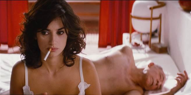 潘妮洛普在片中與忘年富豪情人大尺度的「窒息式性愛」令人深刻。(天馬行空提供)