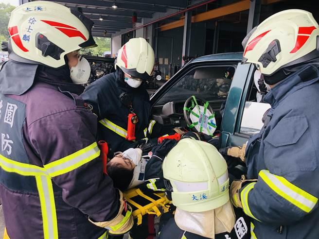 训练时还出动「真人」在车内待援,让救援人员更有身歷其境的感觉。(桃园市消防局提供/黄婉婷桃园传真)