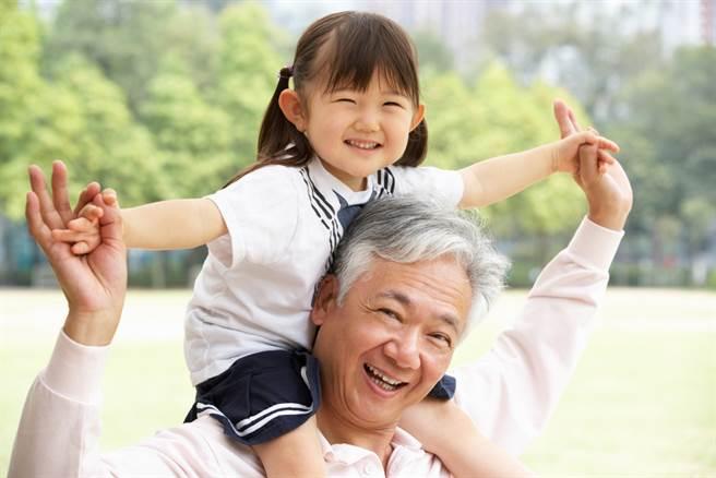 一名爸爸在網路上分享,自己幫女兒檢查數學作業時,看到女兒的答案,讓他看了好氣又好笑。(圖取自達志影像/示意圖非當事人)