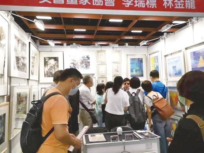 藝術家李瑞標與林金龍在「第五屆台灣藝術博覽會」的聯展攤位,天天人潮爆滿。圖/李瑞標提供