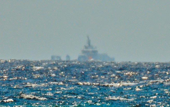 民眾26日上午在台東近海驚見1艘軍艦。(莊哲權攝)