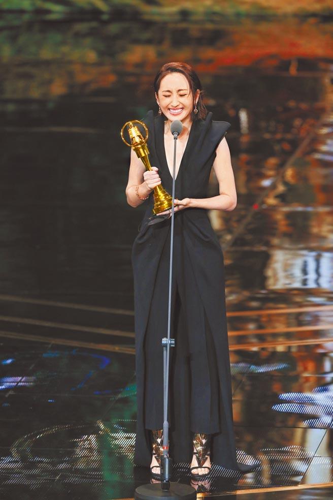 柯佳嬿以《想見你》傑出表現二度獲得金鐘獎戲劇節目女主角獎。