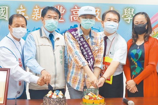 台南市長黃偉哲(左二)把他的生日願望送給抗癌鬥士楊承翰(左三)。(李宜杰攝)