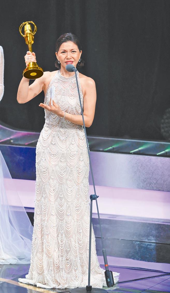 于子育昨以《俗女養成記》獲女配角獎,頭一次領獎哭成淚人兒。