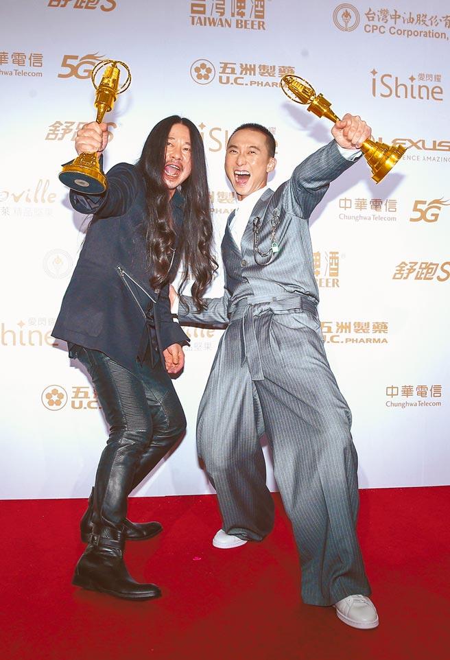 浩子(右)、乱弹阿翔以《台湾金颂》节目拿到金钟综艺主持人奖。