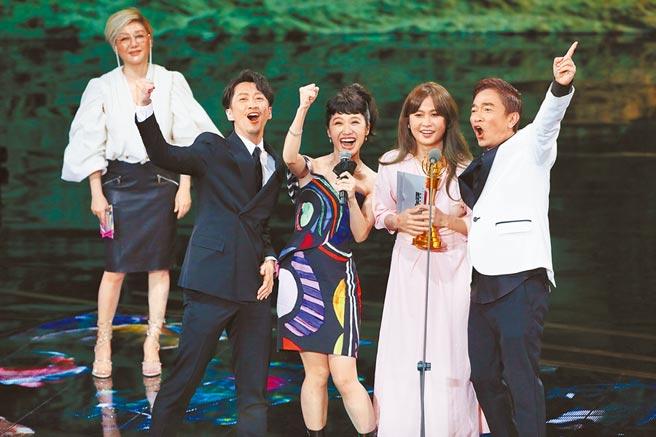 三立《综艺大热门》拿下综艺节目奖,主持人吴宗宪(右起)、制作人潘筱晴、Lulu与陈汉典一同上台分享喜悦。